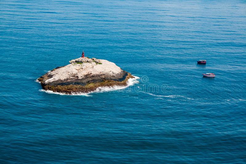 costa-de-sul-da-ilha-laje-dinamarca-conceiã§ã£o-sao-paulo-pedra-pequena-com-uma-casa-clara-perto-cidade-itanhaem-do-estado-142261099-min