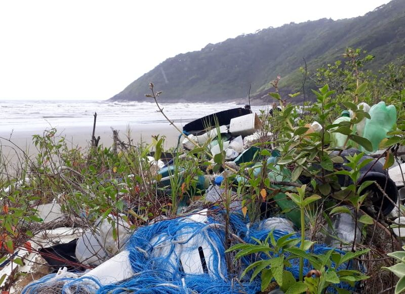 lixo-na-praia-1